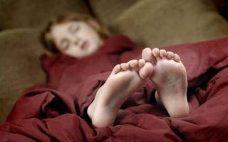 Почему нельзя спать ногами к выходу и головой к окну: все объяснения